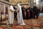 pope francis shaking hand of arabsheikh