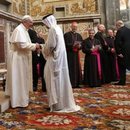 pope francis shaking hand of arab sheikh