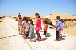 zaatari kids in a row peace sign